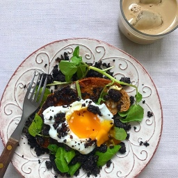 POACHED EGGS & BLACK PUDDING CRUMBLE